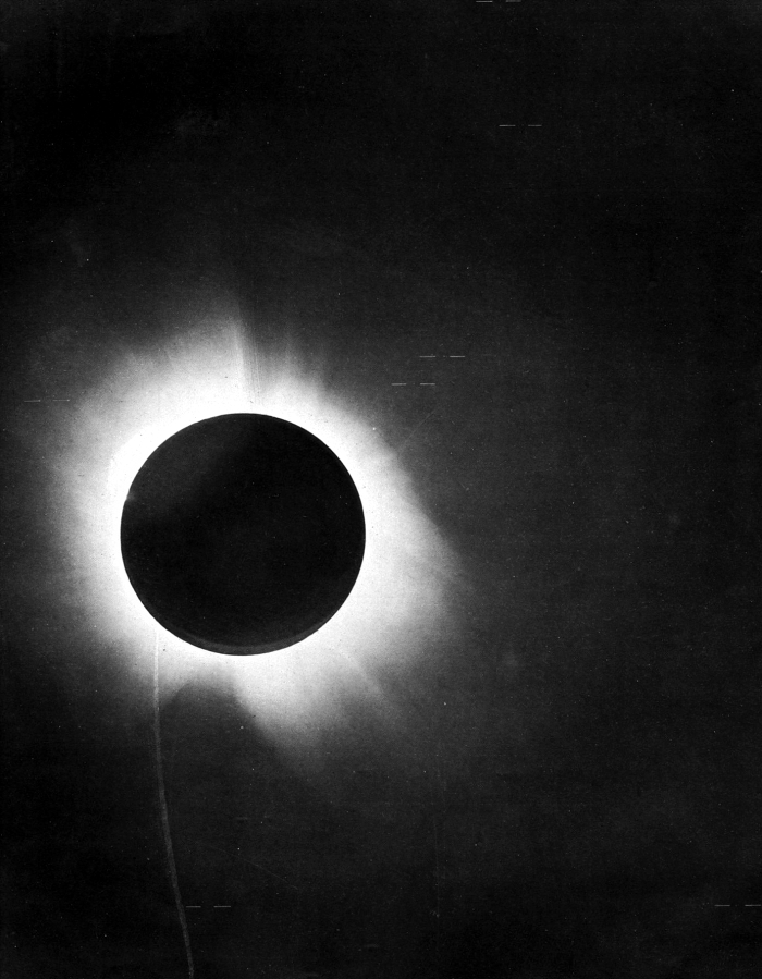 Originalfoto der Sonnenfinsternis von 1919, aus: F. W. Dyson, A. S. Eddington, and C. Davidson, »A Determination of the Deflection of Light by the Sun's Gravitational Field, from Observations Made at the Total Eclipse of May 29, 1919«, Philosophical Transactions of the Royal Society of London. Series A (1920): 291–333